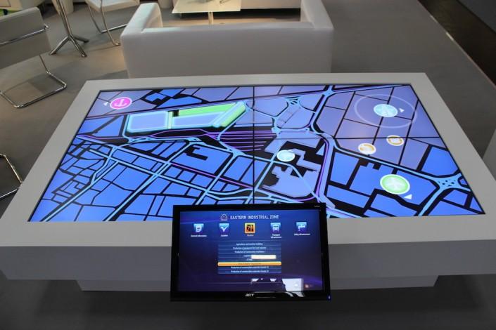 Steglos-Tisch mit Touchscreen